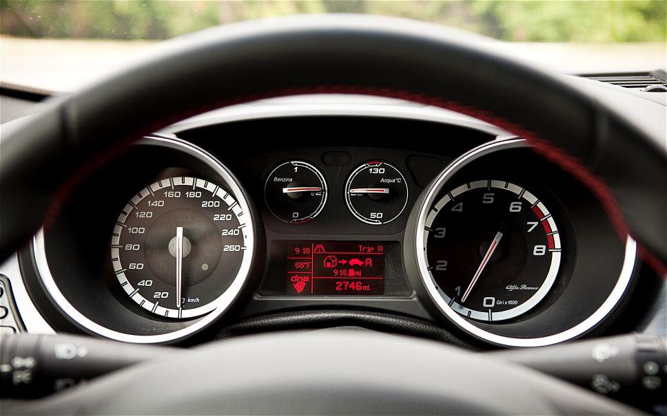 2011-alfa-romeo-giulietta-veloce-speedometer